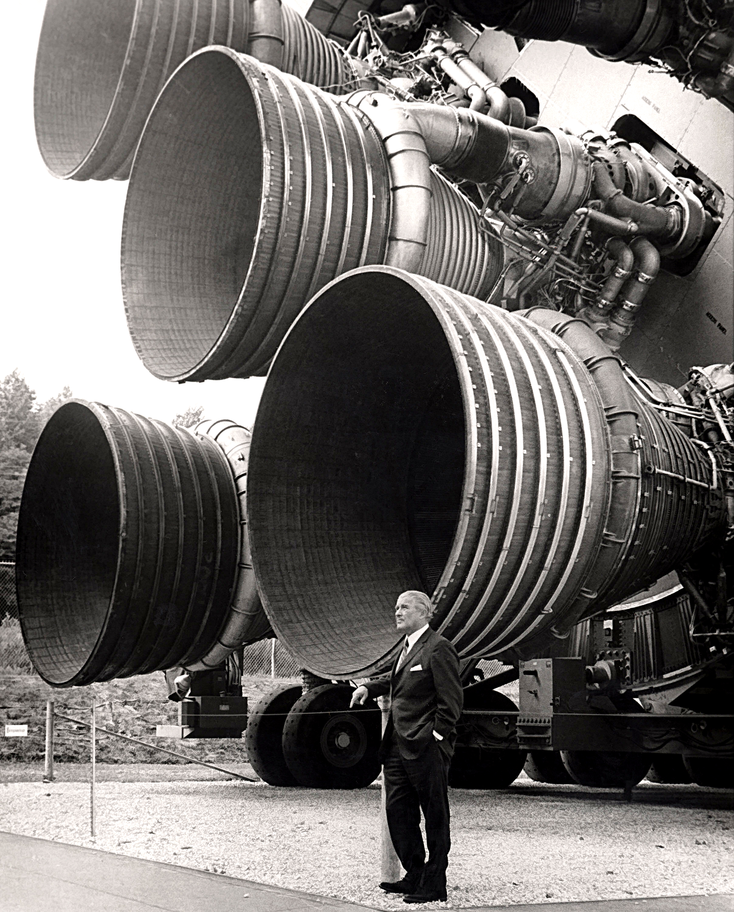 S-IC_engines_and_Von_Braun